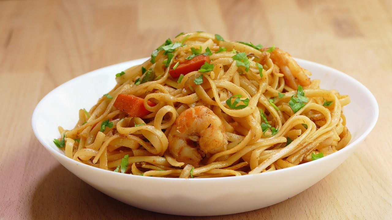 espaguetis salteados con verduras y gambas