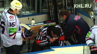 Зайцев подстрелил судью / Zaitsev throws the puck to referee