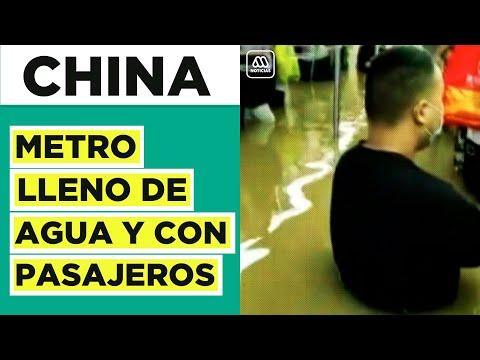 Increíble registro en China: Metro con pasajeros lleno de agua tras inundaciones