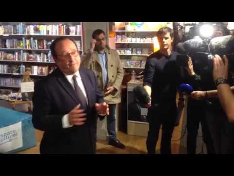 François Hollande en dédicace au Leclerc de Plérin