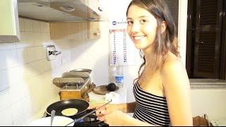 Sobrinha de Maridinho na Cozinha Preparando Crepe de Nutella Pancake