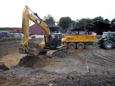 mestkelder uitgraven met cat kraan