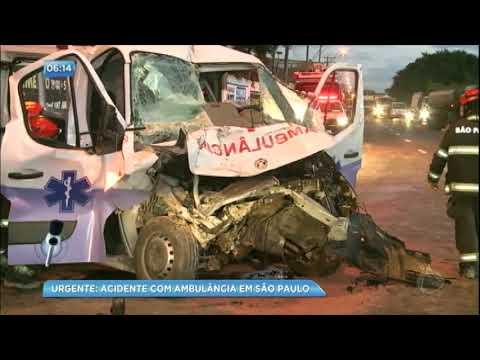Ambulância perde o controle e bate em caminhão