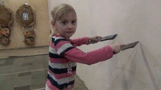 Безоборотчица Оля 4 года дает уроки метания ножей