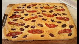 Фокачча - традиционный итальянский хлеб. (с вялеными томатами, маслинами и розмарином)