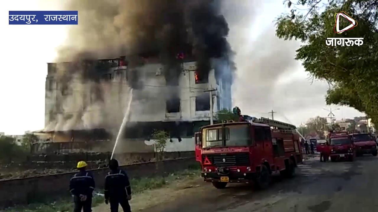 उदयपुर : ऑटो पार्ट्स के शोरूम में लगी आग , दमकल विभाग के दावो की खुली पोल