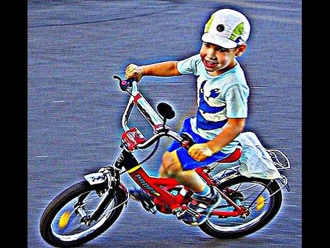 Мальчишка катавшийся на велосипеде и который с него упал