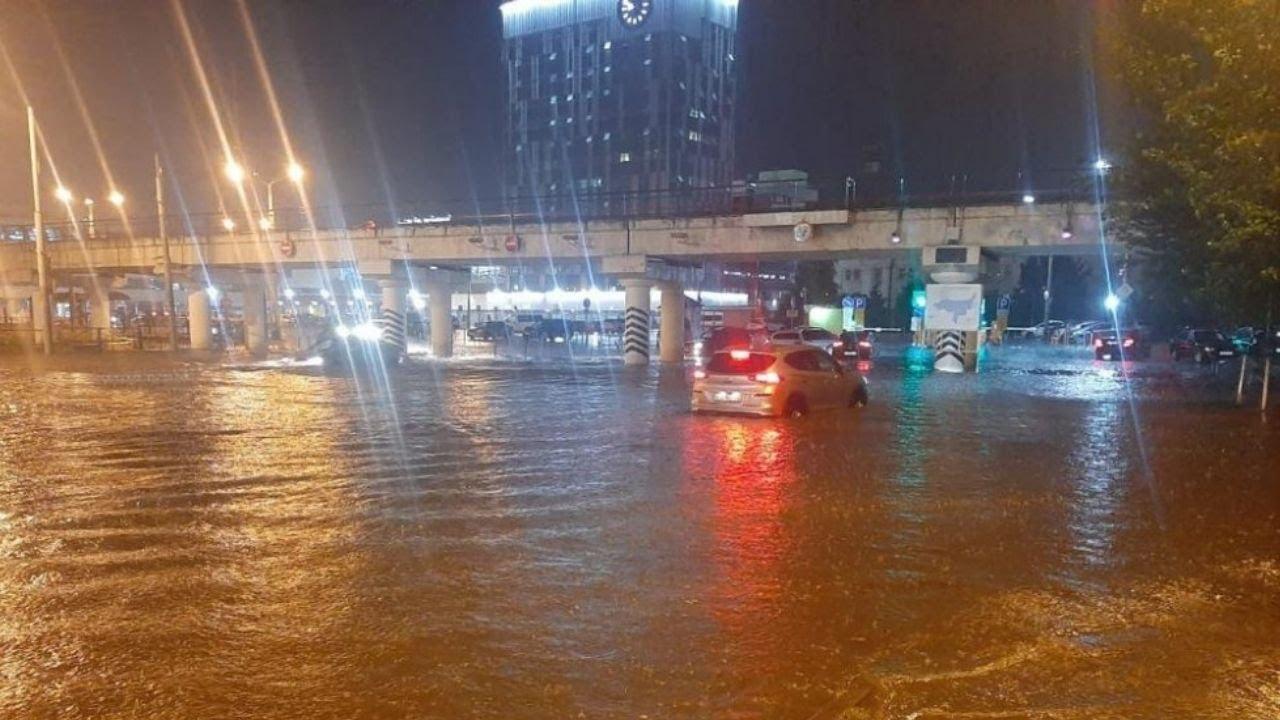 Сильный ливень затопил Ростов-на-Дону. Спасатели откачивают воду из низин города