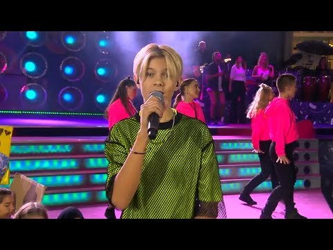 """Theoz framför ett fartfyllt nummer med sin hit """"Theori"""" - Sommarkrysset (TV4)"""