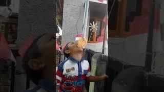 Alif makan krupuk