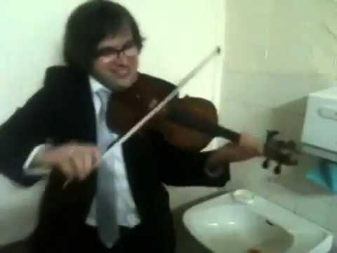 Keman ve musluktan müzik olur mu, demeyin! İşte muhteşem düet!