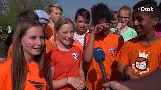 Nederlandse en Duitse leerlingen samen aan het Koningsontbijt in Borne