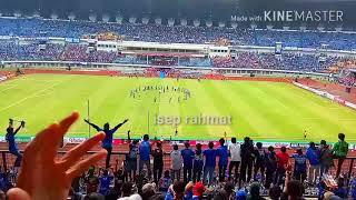 MERINDING!!! Ribuan bobotoh menyanyikan chant biru di hatiku di GBLA.