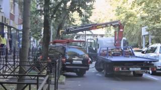 Эвакуатор забирает машину из парковочного кармана на улице Воровского в Сочи(, 2014-08-29T15:56:27.000Z)