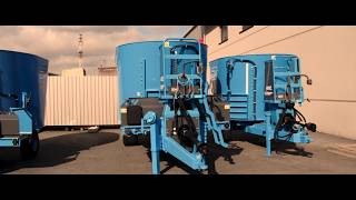Pokaz maszyn na placu EUROMILK: wozy paszowe, rozrzutniki i owijarki.
