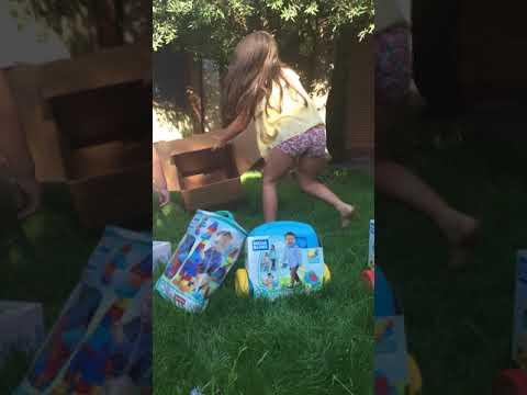 Jugando con la caja de cartón. ¡Qué gran juego!