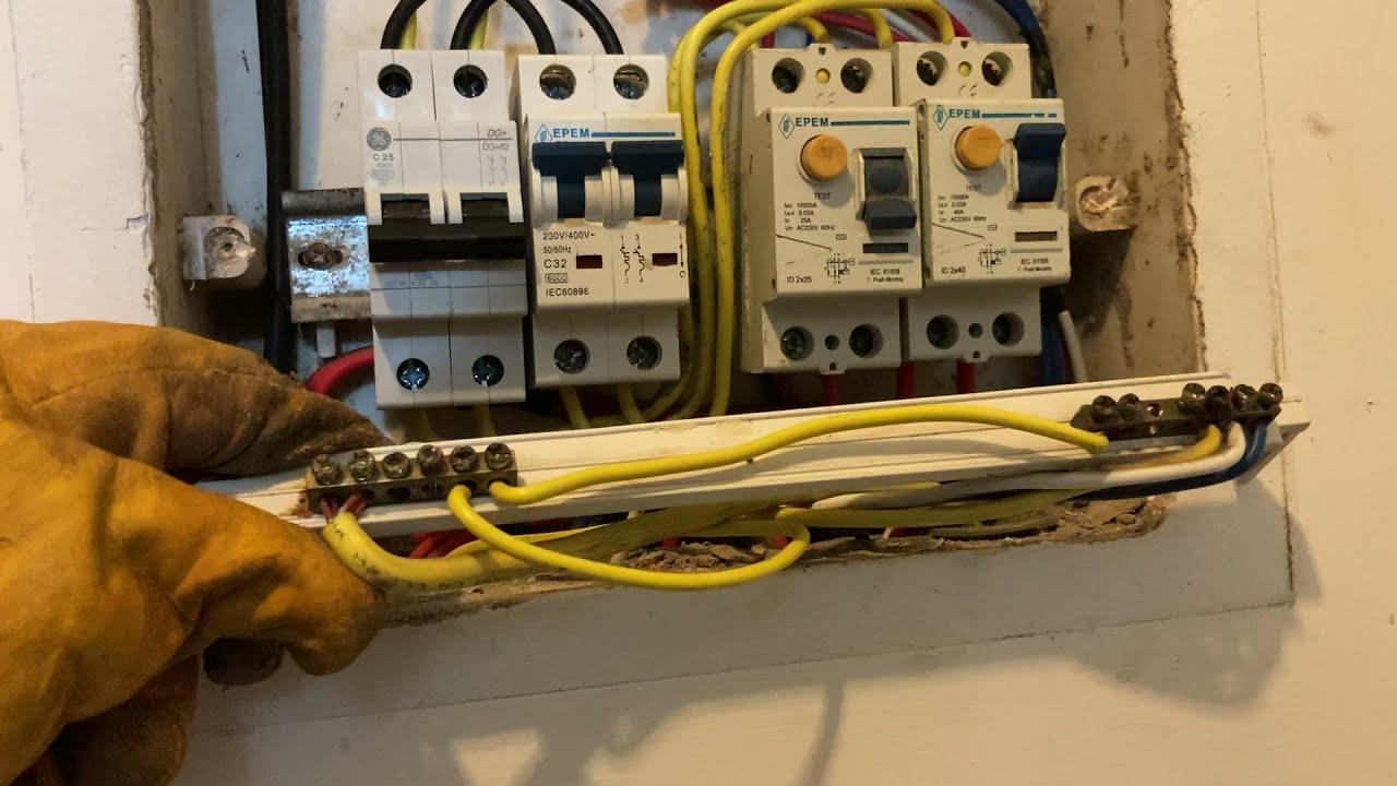 Donde se conecta la línea a tierra en un tablero eléctrico para una casa