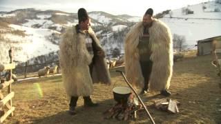 Ghiţă Ciobanul îi arată lui Cristi Tabără secretele gastronomice ale ciobanilor