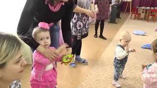 занятие в Центре Игровой Поддержки ребенка для детей раннего возраста с родителя