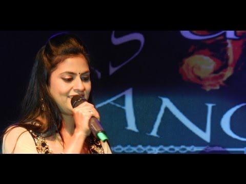 Husn Pahadon Ka Live | Sarrika Singh Live