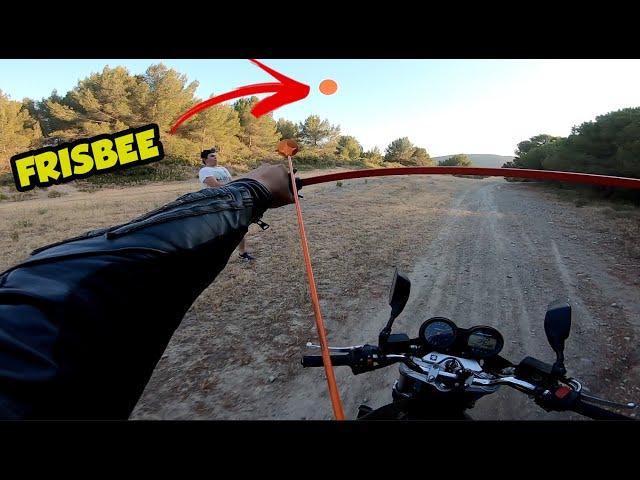 Défi : shooter le frisbee en roulant en moto !