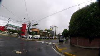 PEDALEANDO BAJO LA LLUVIA EN SAN SALVADOR EL SALVADOR.