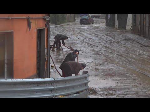 Maltempo A Genova: Cittadini In Strada Spalano Il Fango Sotto La Pioggia Fitta