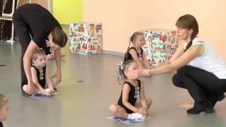 Видеоролик Урок по выразительному движению под музыку дети 3 4 года