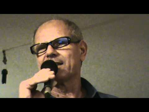Enzo Bellavia canta