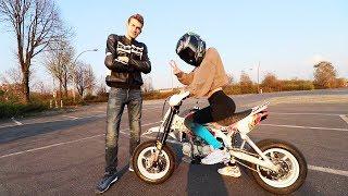 Ich bringe ihr Motorradfahren bei!