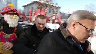 Яйца после торта: во Владимире закидали машину Касьянова