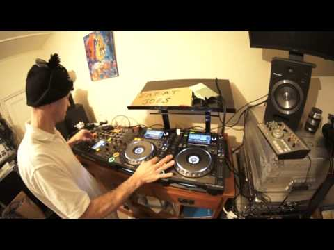 Dj demonstration how to mix old school disco in to house for Old house music mix
