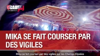 Mika se fait courser par des vigiles sur les Champs Elysées - C'Cauet sur NRJ