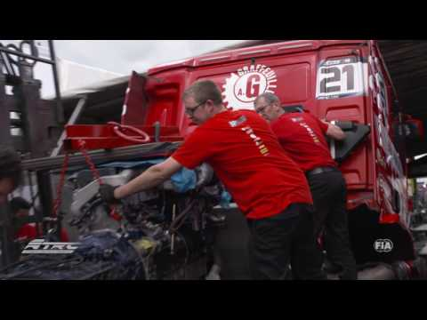 Exchanging the truck engine at the truck race