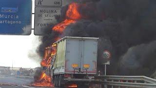 CAMION ARDIENDO CON RESCATE DE BOMBEROS Y GRUAS LA VARIANTE. Rápido y efectivo