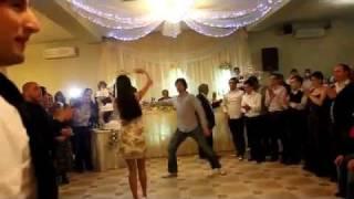 Грузинская молодежь танцует на свадьбе