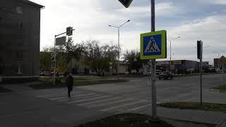 Дорожный указатель повис над пешеходным переходом в Бердске