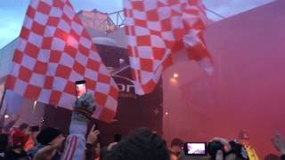 "Liverpool fans greet the player's coach: ""We're gonna win the League"""