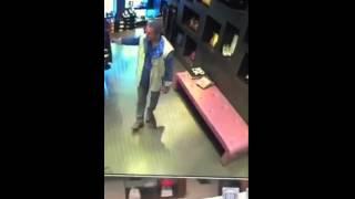 Filmano il furto nel loro negozio