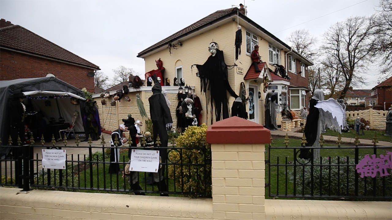Halloween Spooky House.Halloween Mad Gran Spends Thousands Creating Ultimate Spooky House