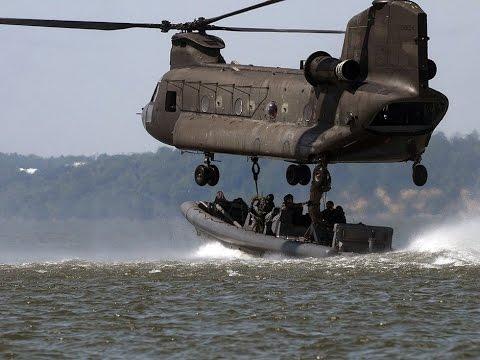 Spectaculaire. Un Boeing CH-47 Chinook de l'armée embarque un semi-rigide