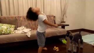 なかなか情熱的に、ヤッターマンを踊っています。たぶん強い感じ、ということでしょう。途中で犬とママの邪魔がありますが、踊り切りました...