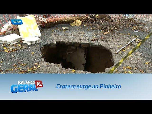 Moradores do Pinheiro estão assustados com o surgimento de uma cratera no bairro