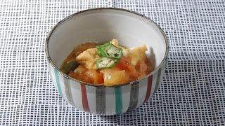 厚揚げとトマトを一口大に切る。鍋にゴマ油を熱してオクラを炒め、昆布...
