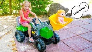 Nastya ودمية الطفل مضحك اللعب في حديقة الملاهي.