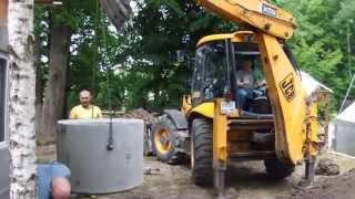 Трактор JCB 4CX монтирует кольца колодца  - аренда в Кал(Услуги экскаватора - погрузчика JCB 4CX по копке питьевого колодца и установка бетонных колец в поселке Чкалов..., 2015-07-01T17:27:56.000Z)