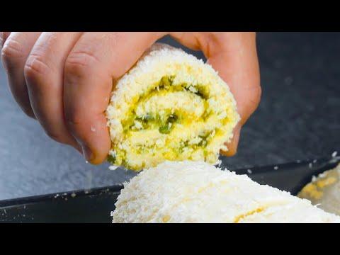 Étalez-les-flocons-de-coco-sur-une-plaque-à-pâtisserie-et-versez-la-pâte-dessus-|-délicieux-roulé