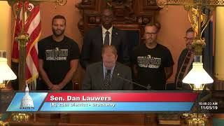 Sen. Lauwers welcomes the Unionville-Sebewaing softball team to the Senate