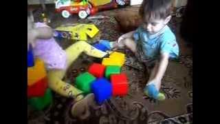 Маленькие дети играют в кубики!