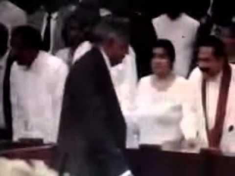 எழுந்து நின்ற மகிந்தவுக்கு கைகொடுக்காமல் சென்ற ரணில்   TamilWin Com